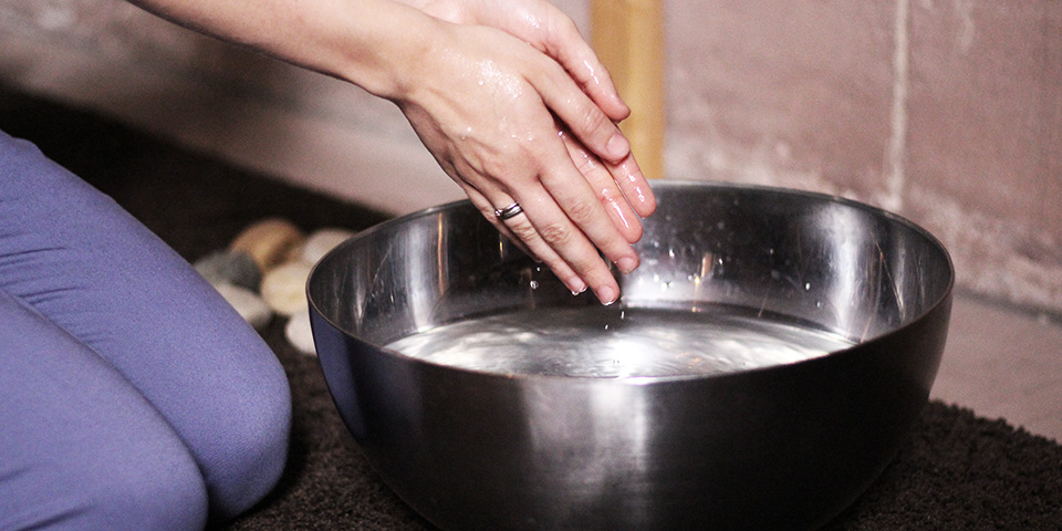 Händewaschen an einer Gebetsstation